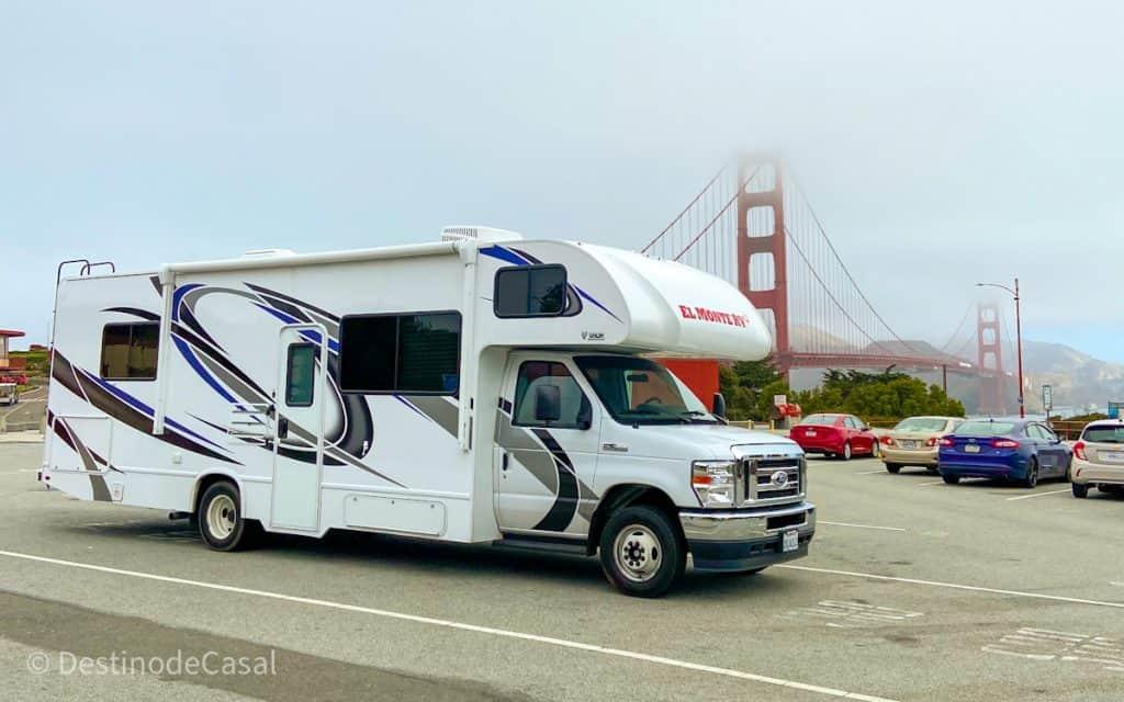 Motorhome alugado em frente à Ponte Golden Gate