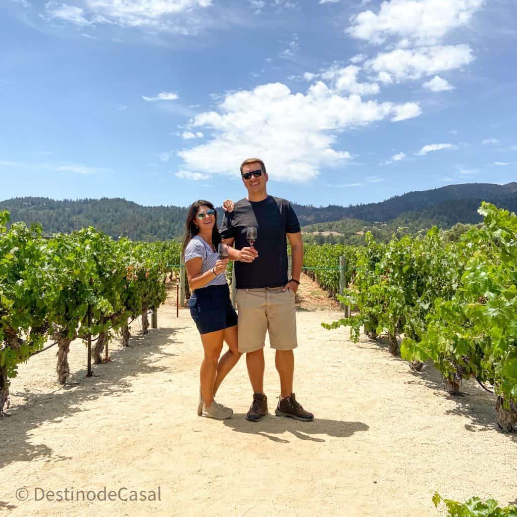 Soraya e Raphael do @destinodecasal tomando um bom vinho no Napa Valley